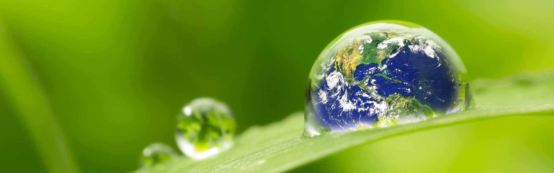 Regentropfen mit Spiegelung der Erde
